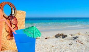 bebida azul e saco de palha foto