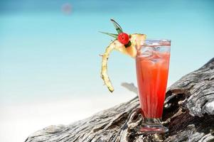 bebida mocktail frutado na praia foto