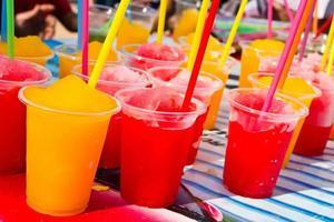 refrigerantes em copos de plástico foto