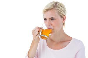 mulher loira atraente, bebendo chá