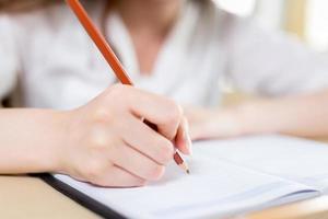 retrato de estudo asiático bela aluna em sala de aula foto
