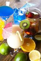 coquetéis, bebidas alcoólicas foto