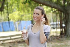 mulher bebendo água foto