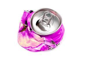 lata de bebida triturada foto