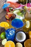 coquetéis, conjunto de bebidas de álcool foto