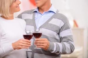 casal agradável bebendo vinho foto