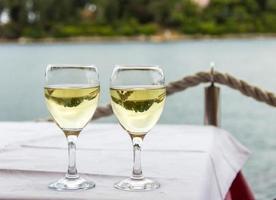 dois copos com bebidas foto
