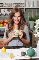 linda mulher feliz bebendo chá