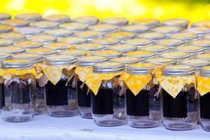 potes de bebida de casamento com amarelo foto