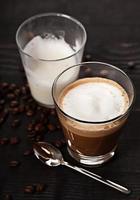 bebida de café cortado em vidro