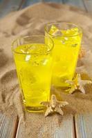 bebidas na areia e pranchas foto