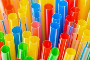 closeup de canudos de plástico colorido foto
