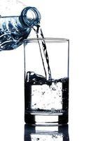 água potável derramando em vidro