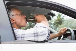 homem bebendo cerveja enquanto dirige foto