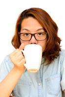 mulher asiática beber café preto foto