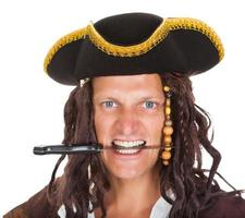 pirata segurando a faca na boca
