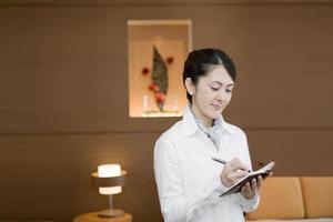 mulher tomando uma nota no caderno