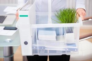 empresário carregando material de escritório foto
