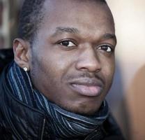 retrato de um homem negro atraente foto