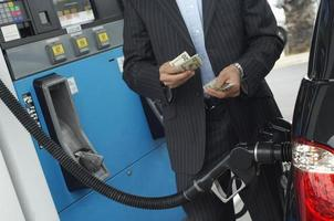 cliente no posto de gasolina foto