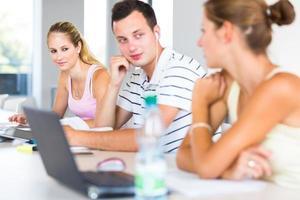 grupo de estudantes na biblioteca foto