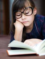 linda garota está lendo livro foto