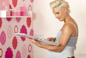 mulher grávida, procurando quarto de bebê foto