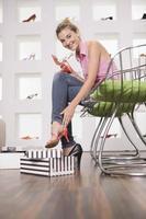 garota em uma loja de sapatos