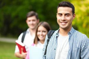 grupo de estudantes ao ar livre foto