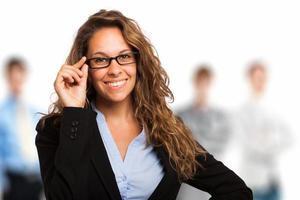 mulher segurando seus óculos foto
