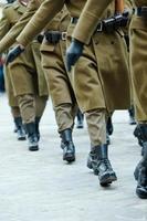 soldados das forças armadas marchando