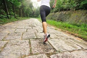 atleta corredor correndo na trilha de montanha. foto