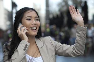 mulher de negócios feliz falando ao telefone foto