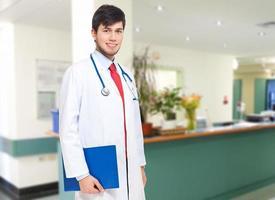 médico sorridente no hospital foto