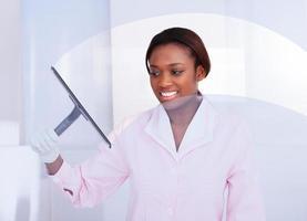 empregada de limpeza de vidro no hotel foto