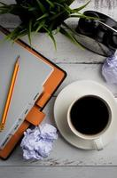 vista superior do café na mesa de escritório foto