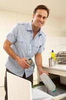 homem reciclagem de resíduos em casa foto