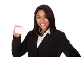 empresária feliz segurando o cartão de visita
