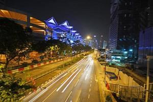 semáforos à noite foto