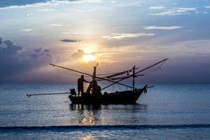pesca durante o nascer do sol foto