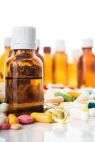 comprimidos e cápsula isolada foto