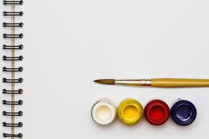 pincéis coloridos para pintura
