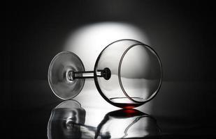 copo de vinho tombado foto