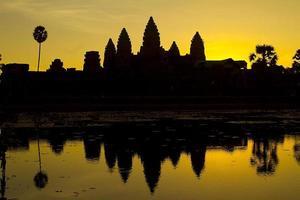 Angkor Wat ao amanhecer foto
