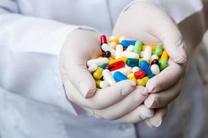 mão de médico com comprimidos foto