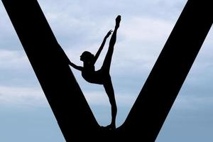 silhueta de uma bailarina graciosa foto