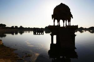templo hindu no lago no início da manhã, jaisalmer foto