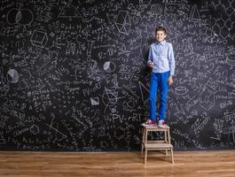 menino de escola bonito jovem foto