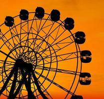roda gigante ao pôr do sol.