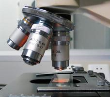 lente de microscópio de laboratório foto